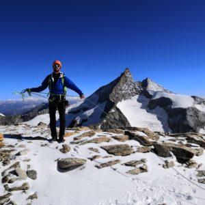 Am Obergabelhorn Arbengrat mit Bergführer. Im Hintergrund das Zinalrothorn.