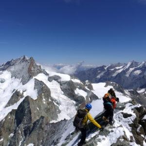 Bergführer mit Gästern am Obergabelhorn Arbengrat. Im Hintergrund das Zinalrothorn