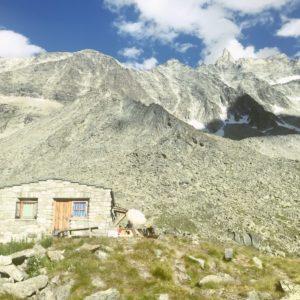 Cabane Tsa vor Dent de Tsalion und Aiguille de la Tsa