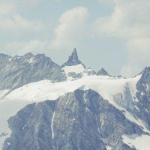 Die Aiguille de la Tsa Ostwand von der Cabane de la Dent Blanche aus gesehen