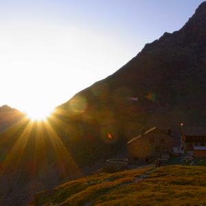 Die Weissmieshütte im Abendrot. Hochtouren im Wallis mit Bergführer