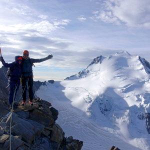 Am Nadelgrat mit Bergführer unterwegs. Im Hintergrund der Dom Normalweg und der Festigrat