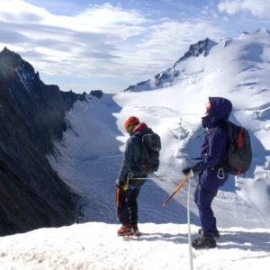 Abstieg vom Nadelgrat. Im Hintergrund der Dom. Bergsteigen im Wallis mit Bergführer