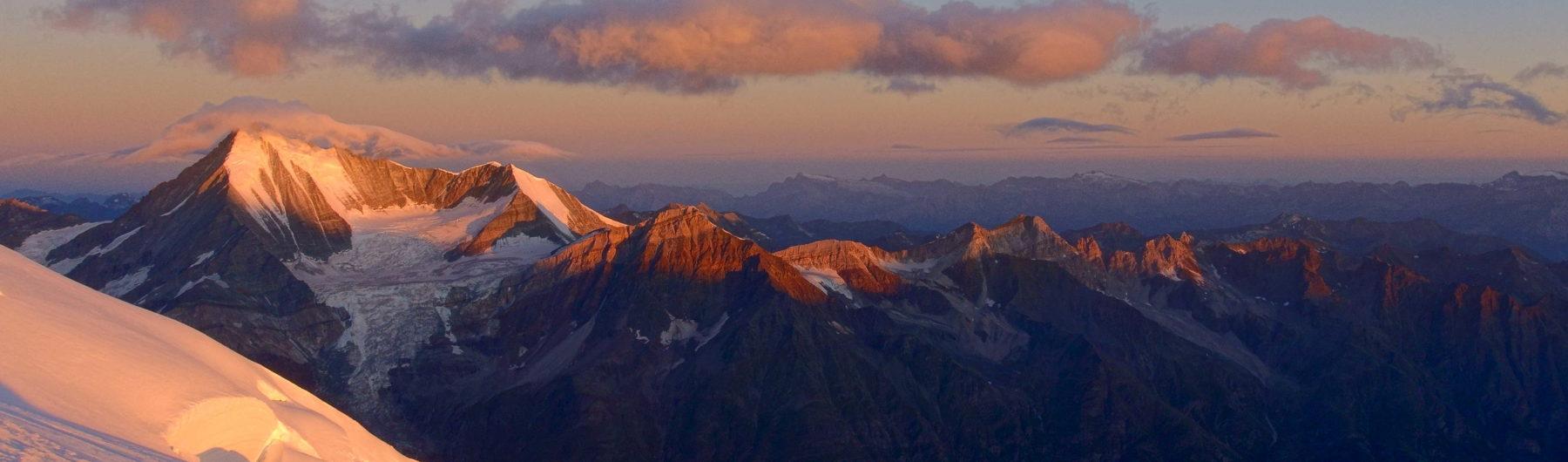 Sonnenaufgang am Dom. Im Hintergrund das imposante Weißhorn