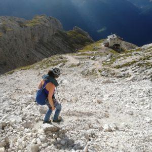 Abstieg vom Sass Maor und der Cima Madonna. Unten das Rifugio del Velo.