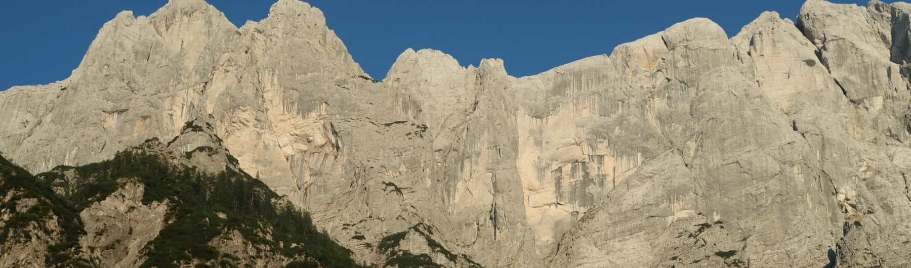 Die mächtigen Gesäuse Norwände mit der Rosskuppenkante in der Bildmitte