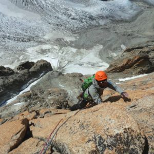 Bergführer Klettert an den Südwänden der Aiguille du Argentiere