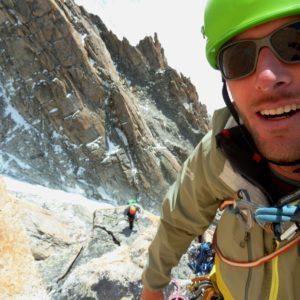 Klettern im Granit des Mont Blanc. Der Bergführer sichert