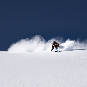 """u hast es satt, auf guten Schnee zu warten, anstatt ihn auf frischer Tat zu ertappen? Nicht mehr hoffen auf guten Schnee und gutes Wetter, sondern die Sache selbst in die Hand nehmen! Geh mit uns auf Verfolgungsjagd nach dem Schnee. Du sagst uns wann und wir sagen dir wohin! Wir folgen den Stürmen und sind stets am """"place-to-be""""! Achtung: Nur für spontane Gemüter und abenteuerlustige Powderfans!"""