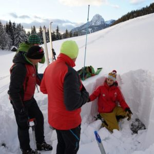 Schneeprofil am Lawinenkurs mit Bergführer