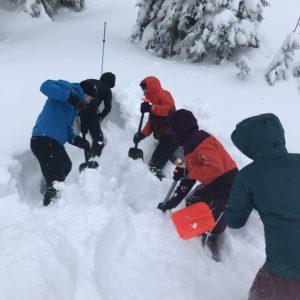 Lawinenkurs mit Bergführer in Tirol.