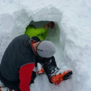 Graben eine Schneeiglus für den Notfall