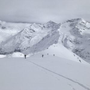 Aufstieg zur Punta San Matteo bei viel Neuschnee, im Hintergrund die Punta San Matteo und das Rifugio Branca