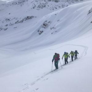 In der sicheren Spur deines Bergführers genießt du die Tiefschnee-Hänge der Südlichen Ortleralpen. Hier steigen wir zur Punta San Matteo auf