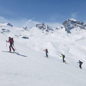 Weite Hänge über dem Rifugio Benevolo während der Gran Paradiso Skidurchquerung mit Bergführer
