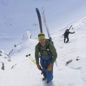 Stapfen bei einer Skitoure im Karendel