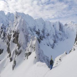 Geneße die Aussicht im tief winterlichen Karwendel. Unterwegs mit Bergführer.