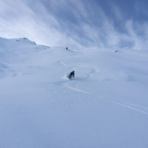 Pulverschneeabfahrt in den Innsbrucker Skigebieten