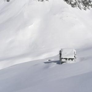 Die eingechneite Pfeishütte im Karwendel