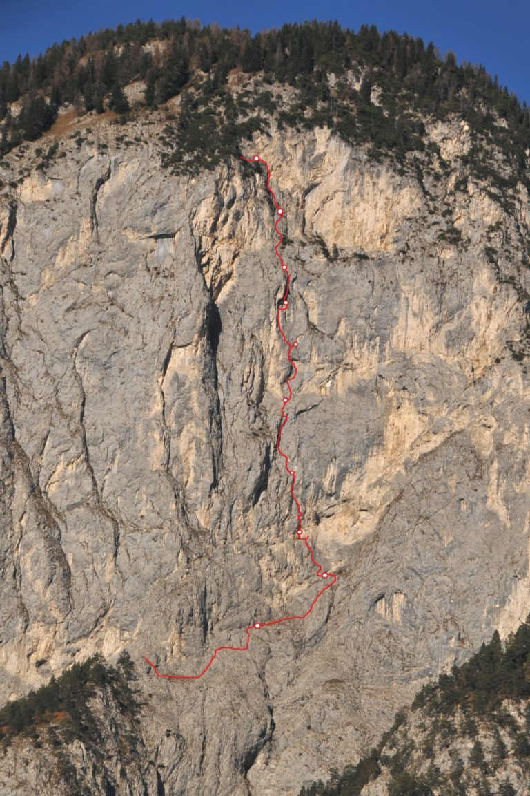 wandbild und topo der hechenberg südwand. in rot die route fux